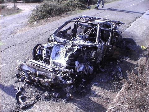 Vittura brusgiata à u ponte d'Altiani (Rallye).