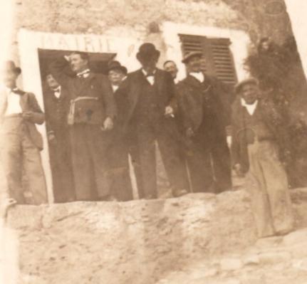 1936. Le conseil municipal devant la mairie de l'époque.