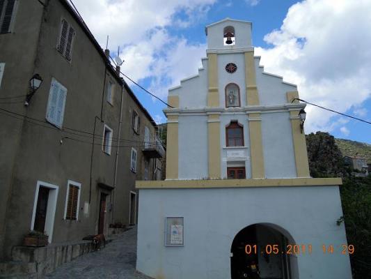 La façade et l'ancien couvent vus de la place de l'église.