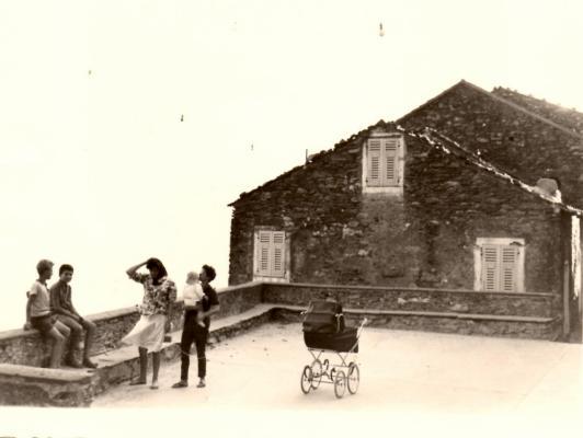 Août 1962. Sur la place de l'église.