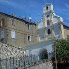 La façade et l'ancien couvent vus de la route..