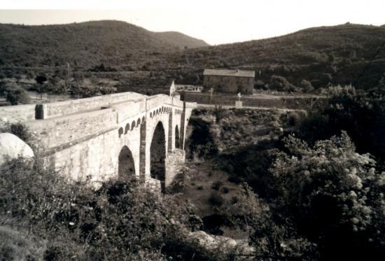 Le pont, la chapelle et au fond, l'ancienne maison moniale.