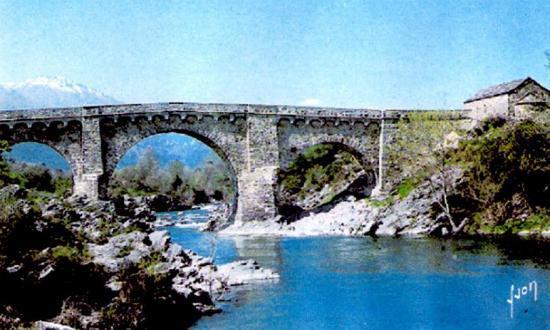 Le pont et la chapelle San Ghjuvanni ( à droite).