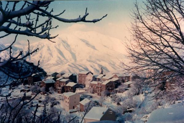 Sous la neige. 2000.